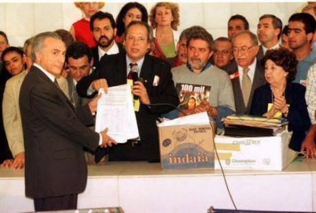 José Dirceu, em nome do PT e de aliados, entrega a Michel Temer, então presidente da Câmara, o pedido de impeachment contra Fernando Henrique Cardoso