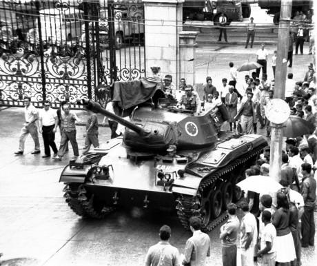 18- Tanque de Guerra passeia no RJ, um dia após Golpe Militar  Agência O Globo 01.04.1968