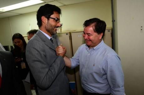 O embaixador Eduardo Saboia (à esquerda), ao lado do senador boliviano Roger Pinto Molina