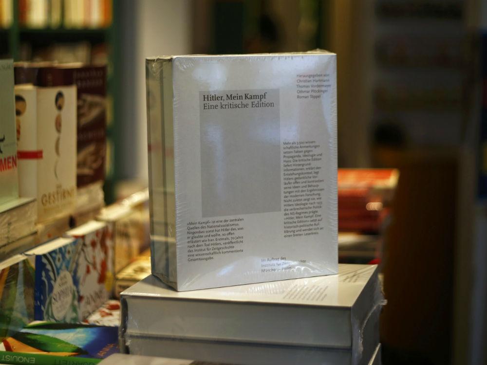 'Mein Kampf', escrito por Hitler, na vitrine de uma livraria em Munique, na Alemanha (Crédito: Reuters/Michael Dalder)