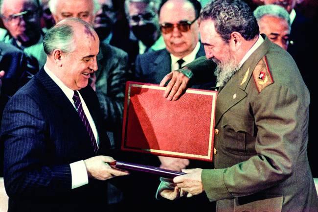 Em Havana com Mikhail Gorbachev, o dirigente soviético que ele acusou de destruir o socialismo (Abril, 1989)