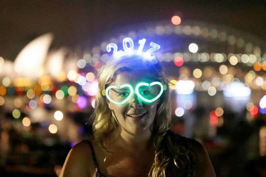 Garota veste óculos brilhante para comemorar a chegada de 2017, em Sydney, na Austrália - 31/12/2016