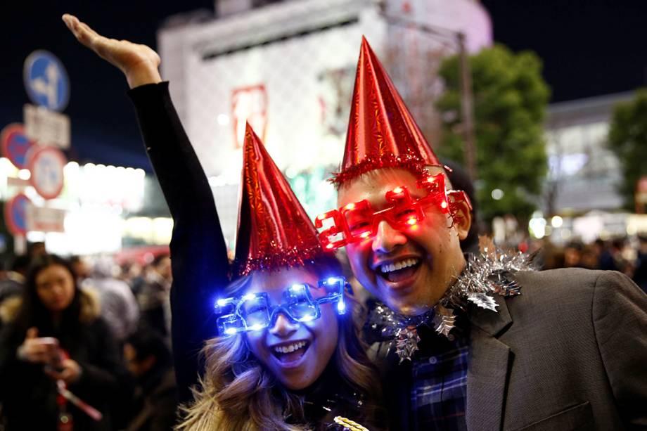 Japoneses celebram chegada do ano novo com óculos e fantasias no centro da cidade de Tóquio - 31/12/2016