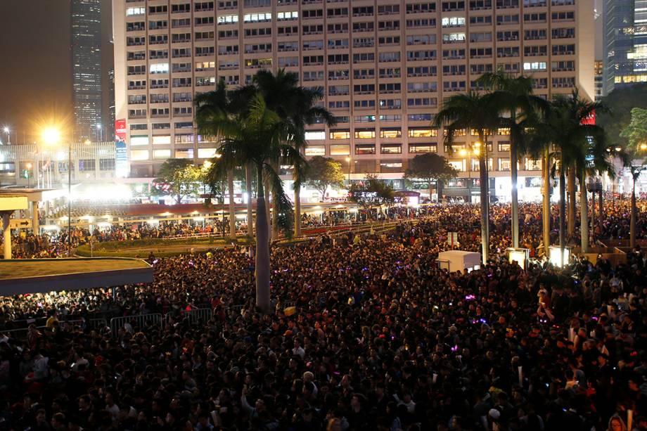 Chineses lotam praça no centro de Hong Kong para a contagem regressiva do fim do ano de 2016 e chegada de 2017 - 31/12/2016