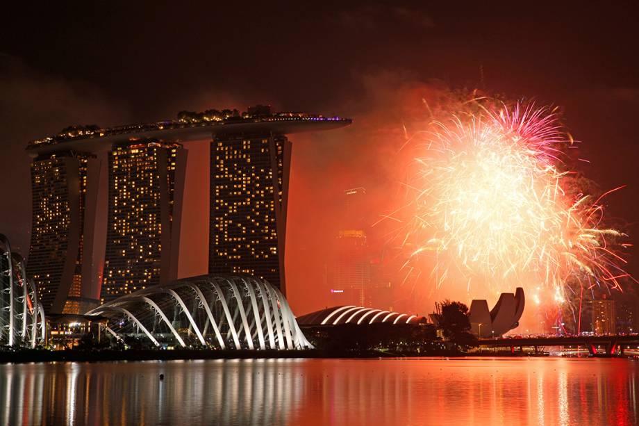 Fogos de artifício explodem na Baía Marina, para celebrar a chegada do ano novo no Singapura - 31/12/2016