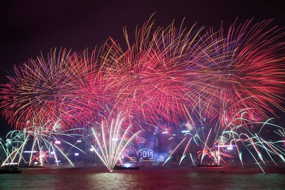 Queima de fogos de artifício em Hong Kong fazem parte da celebração de ano novo na China - 31/12/2016