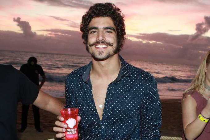 Caio Castro comparece à festa Café de la Musique em Trancoso, na Bahia