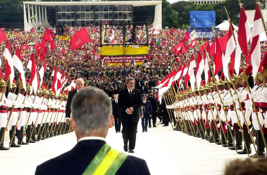 Lula sobe a rampa do Palácio do Planalto, acompanhado de seu vice, José Alencar, antes de receber a faixa presidencial de seu antecessor, Fernando Henrique Cardoso (PSDB) em 2003.