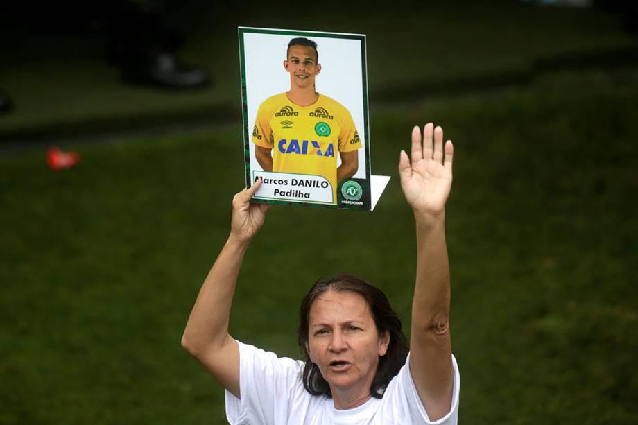 Ilaídes Padilha, mãe do goleiro Danilo, durante despedida das vítimas da tragédia com o avião que levava a delegação da Chapecoense à Medellin, na Arena Condá