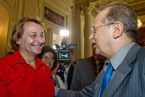 Tarso Genro cumprimenta Ex-ativista italiano Cesare Battisti após concedê-lo status de refugiado político - 2009
