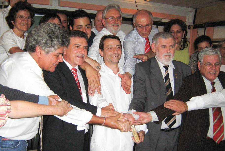 O terrorista italiano Cesare Battisti, que faz greve de fome, recebe comissão de congressistas no presídio da Papuda. O STF retoma seu julgamento de pedido de extradição nesta quarta - 17/11/2009