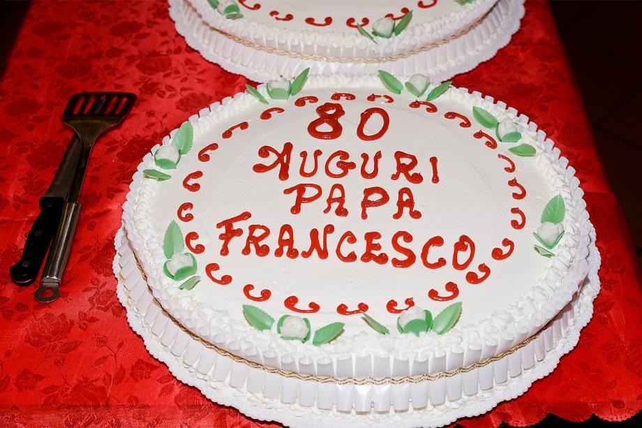 Bolo oferecido pelo Papa Francisco aos pobres na cantina Colle Oppio em 17 de dezembro de 2016 em Roma, Itália