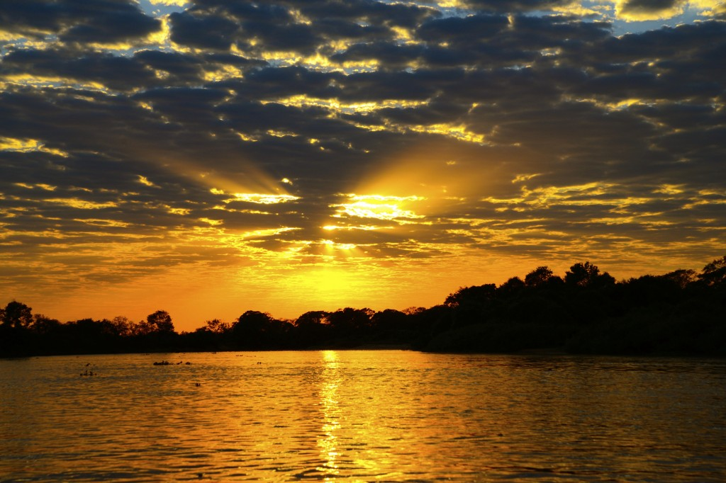 Por do sol no Rio Amarelo, em Bonito, no Mato Grosso do Sul
