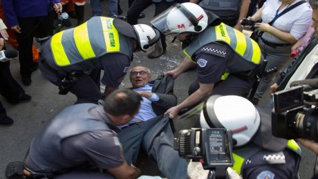brasil-eduardo-suplicy-preso-reintegraccca7acc83o-posse-funarte_853x480