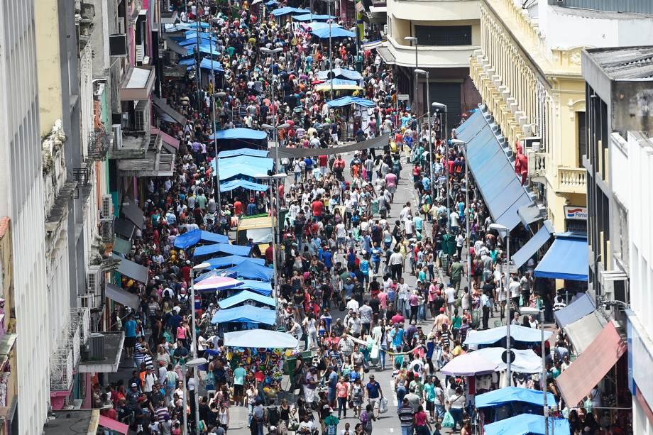 Movimentação de consumidores na Rua 25 de Março, região central de São Paulo (SP), às vésperas do Natal