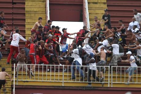 Briga entre torcidas na partida entre Atlético-PR e Vasco