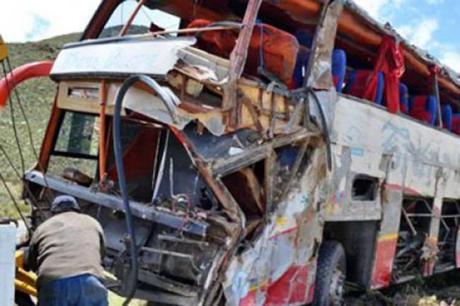 Ônibus da empresa Trans Luján aparece destruído após sofrer acidente a caminho de Cochabamba, na Bolívia