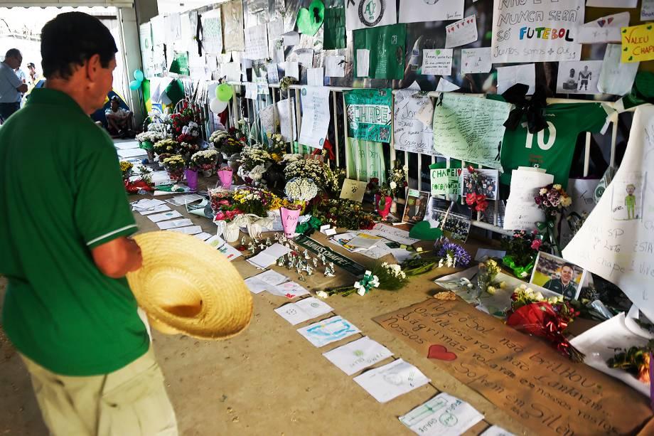 Torcedores enfeitam estádio da Arena Condá com flores e cartazes em homenagem às vítimas da Chapecoense - 01/12/2016