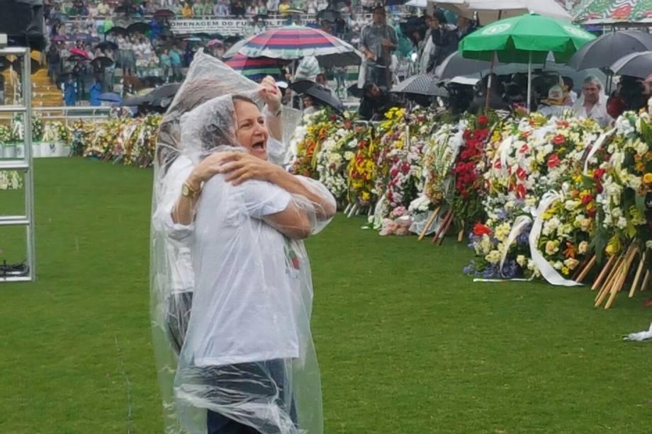 Ilaídes Padilha, mãe do goleiro Danilo, chega à Arena Condá onde ocorrerá o velório das vítimas da tragédia com o avião que levava a delegação da Chapecoense à Medellin