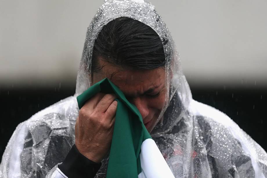 Torcedor chora durante a chegada dos caixões das vítimas do acidente aéreo com a delegação da Chapecoense