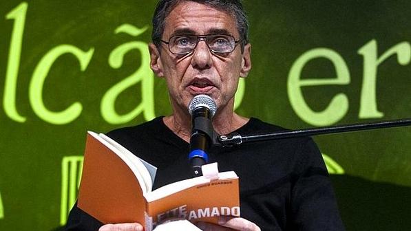 Chico Buarque esteve no centro da polêmica, pois seu 'Leite Derramado', segundo lugar na categoria Romance, venceu o prêmio principal, de Livro de Ficção do Ano