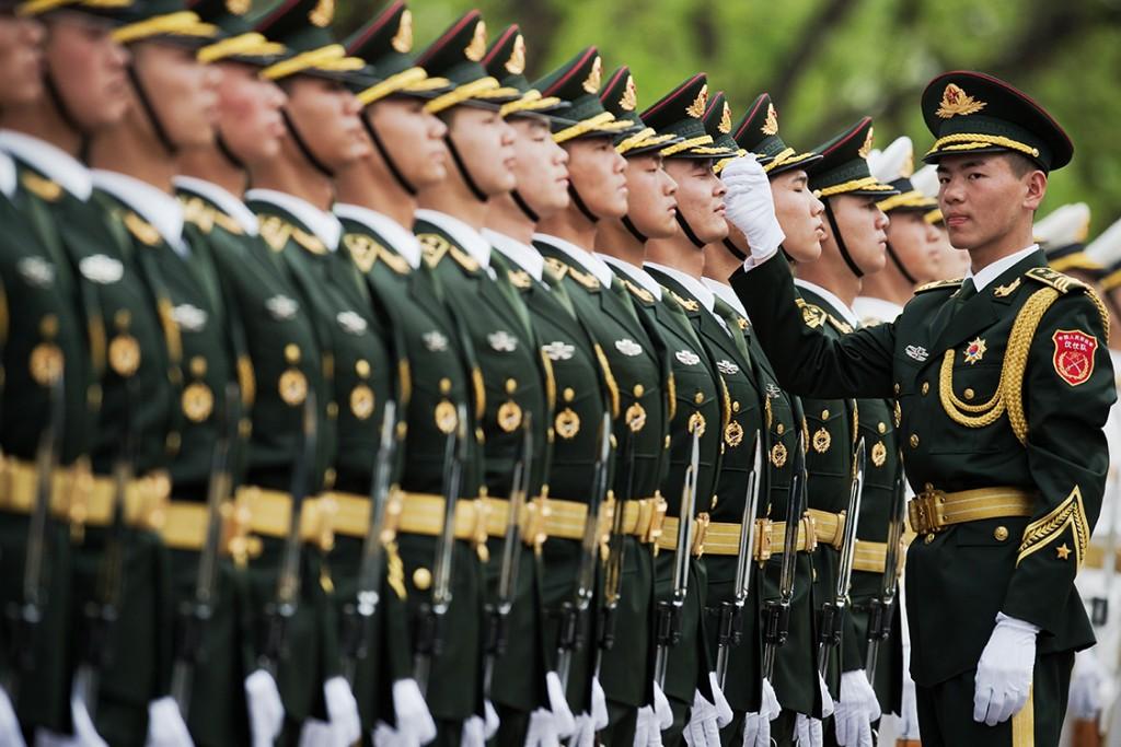 Membros da guarda de honra militar chinesa durante desfile em Pequim, em abril de 2016 (AFP PHOTO / NICOLAS ASFOURI)