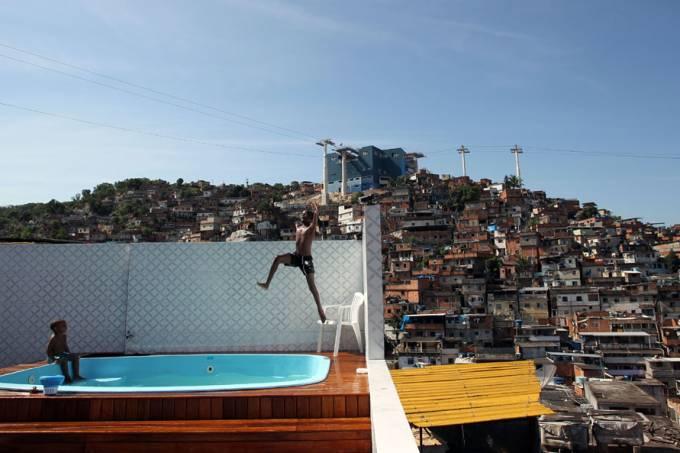 Movimentação de policiais durante a invasão da favela da Grota no Complexo do Alemão, no Rio de Janeiro, na manhã deste domingo, 28. A ação das Polícias e Forças Armadas brasileiras começou pouco antes das 8 horas da manhã.