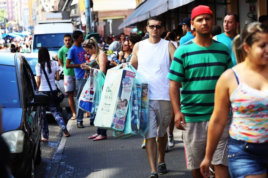 Movimentação intensa de consumidores em busca do presente de Natal na Rua 25 de Março, no centro de São Paulo, SP - 24/12/2016