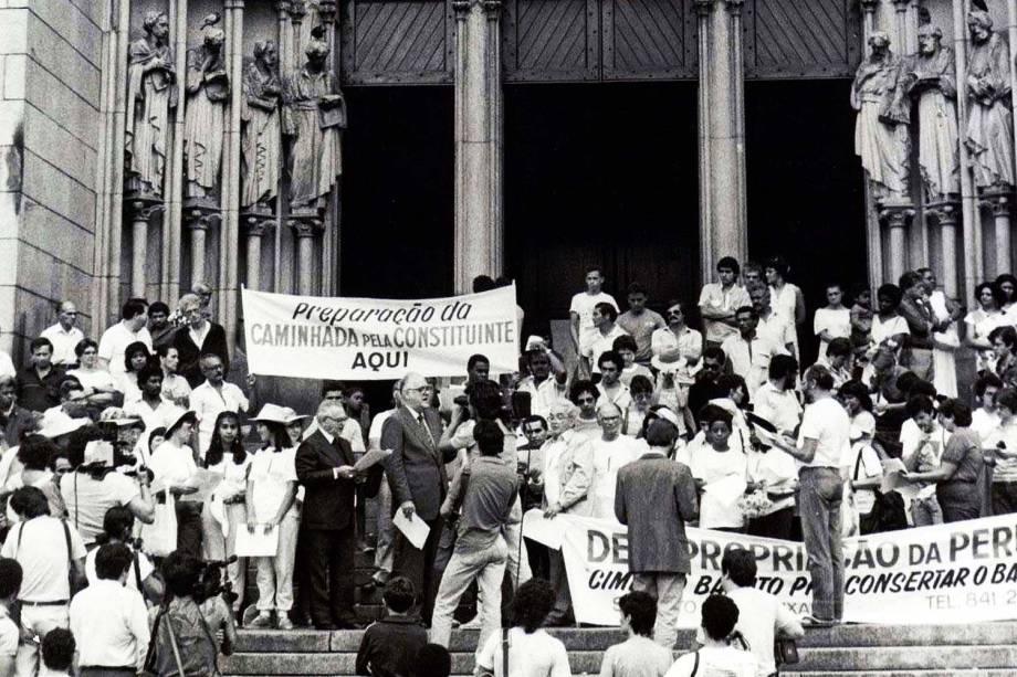 Assembléia Nacional Constituinte 1987-1988: em frente à Catedral da Sé, em São Paulo, D. Paulo Evaristo Arns participa do início da Caminhada pela Constituinte, rumo a Brasília. (São Paulo, SP, 28.03.1987.)