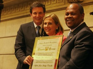 Crivella e a mulher sendo homenageados na Câmara do Rio