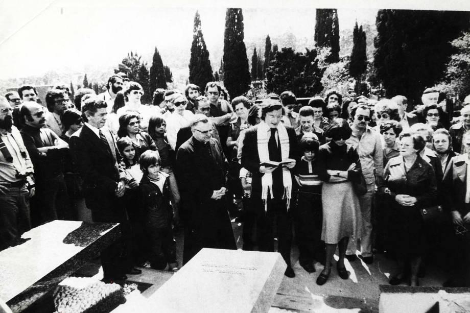 Dom Paulo Evaristo Arns e o rabino Henry Sobel celebram missa ecumência de um ano da morte do jornalista Vladimir Herzog, no cemitério Israelita do Butantã, em São Paulo (SP) - 1985