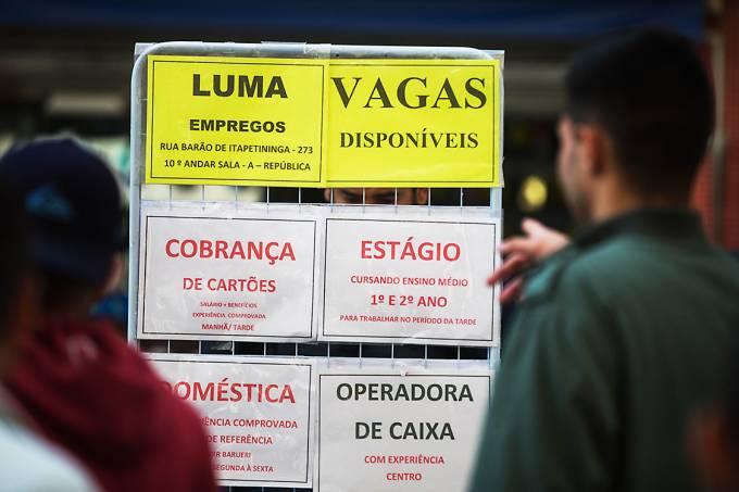 Pessoas observam ofertas de emprego na rua Barão de Itapetininga no centro de São Paulo