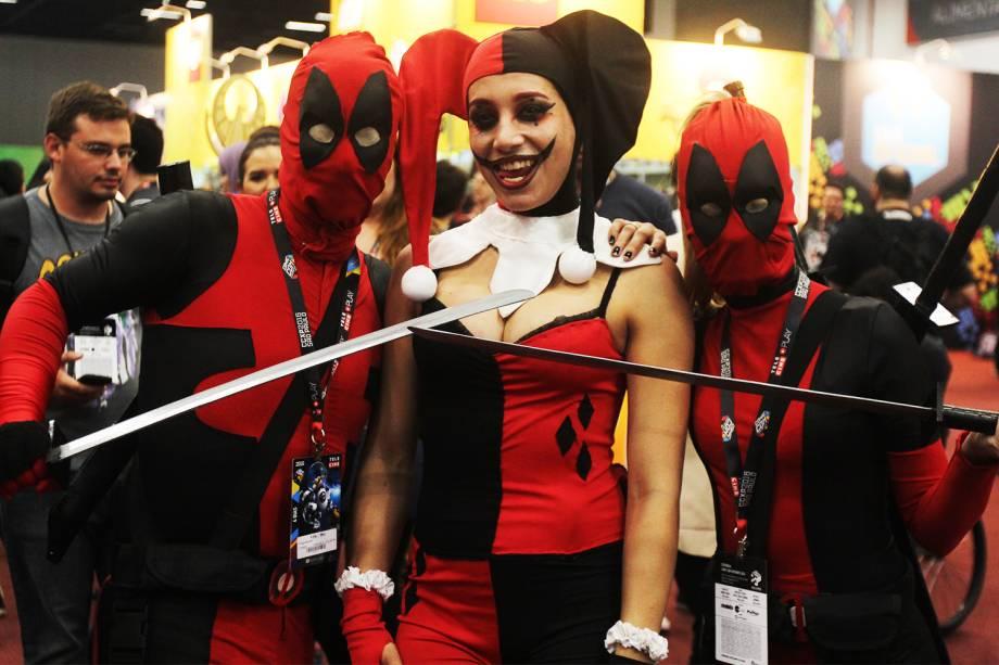 Cosplays do personagem Deadpool posa para fotos durante a Comic Con Experience, realizada em São Paulo (SP) - 01/12/2016