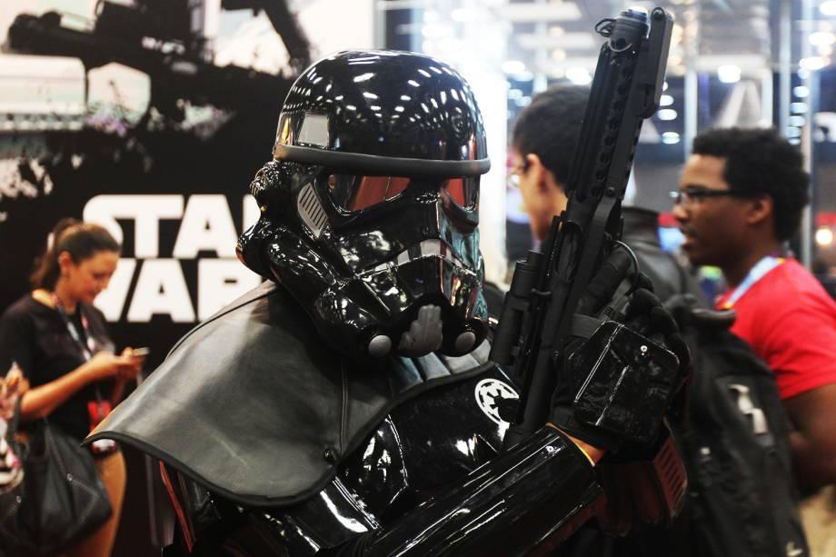 Cosplays de personagem de 'Star Wars' posa para fotos durante a Comic Con Experience, realizada em São Paulo (SP) - 01/12/2016
