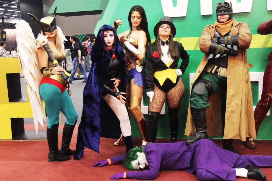 Cosplays posam para foto na entrada da São Paulo Expo, onde é realizada a Comic Con Experience - 03/12/2016