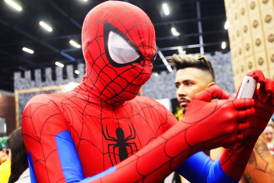 Cosplay do personagem ´Homem-Aranha´ é visto com celular durante o terceiro dia da Comic Con Experience - 03/12/2016