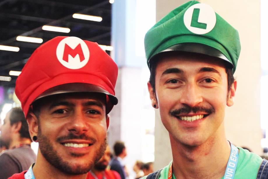 Cosplays dos personagens Mario Bros e Luigi, posam para foto durante o terceiro dia da Comic Con Experience, em São Paulo (SP) - 03/12/2016