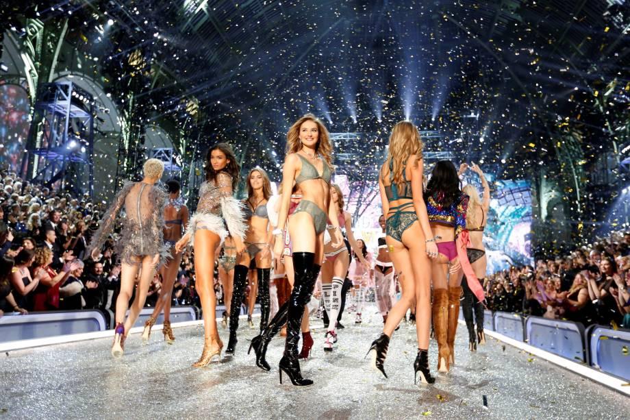 Modelos da Victoria's Secret durante desfile no Grand Palais, em Paris