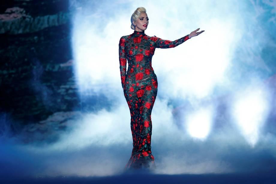 A cantora Lady Gaga se apresenta  durante desfile da Victoria's Secret em Paris