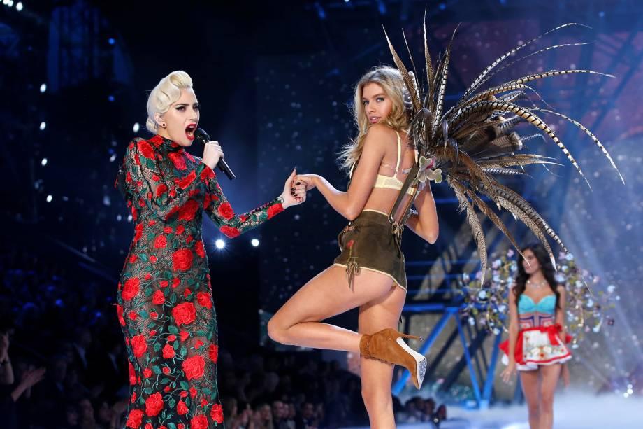 A cantora Lady Gaga se apresenta com a modelo Stella Maxwell durante desfile da Victoria's Secret em Paris