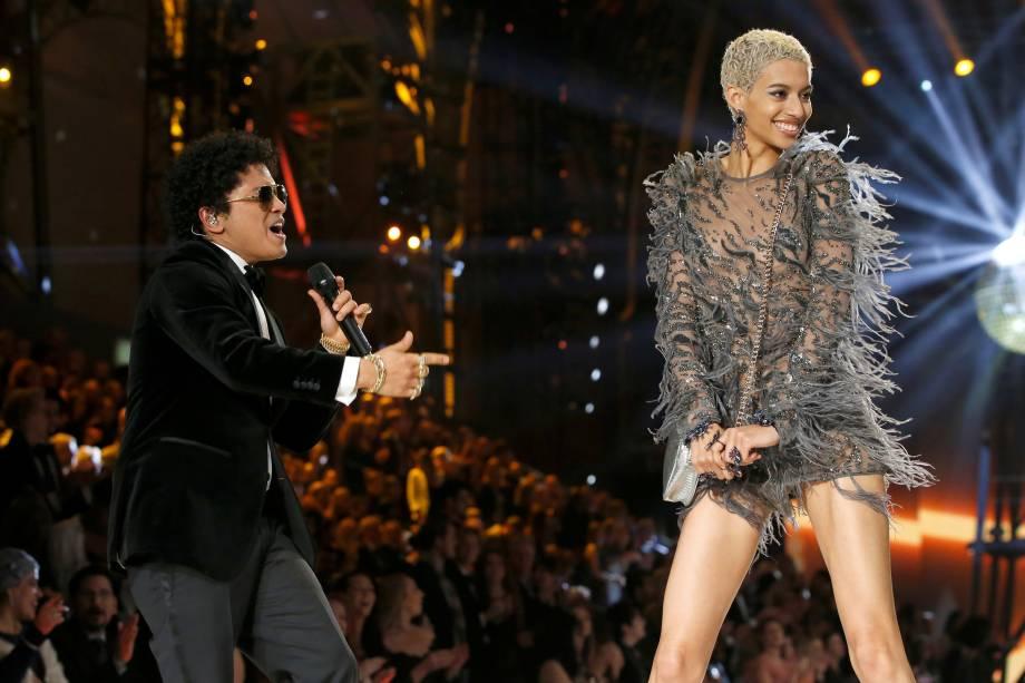 O cantor Bruno Mars se apresenta ao lado da modelo Jourdana Elizabeth durante desfile da Victoria's Secret em Paris