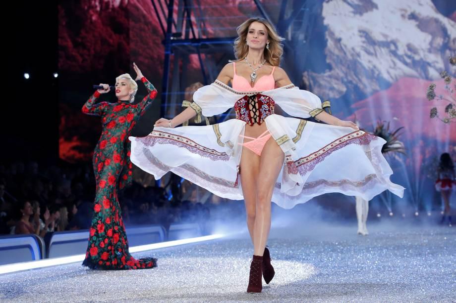 Lady Gaga se apresenta durante desfile da Victoria's Secret em Paris