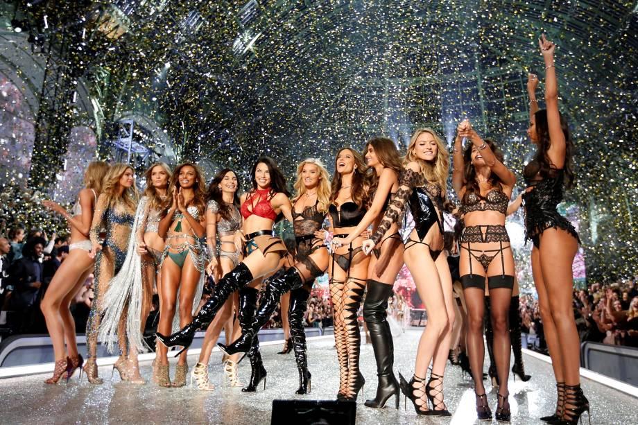 Modelos comemoram no final do desfile da Victoria's Secret, no Grand Palais, em Paris, na França