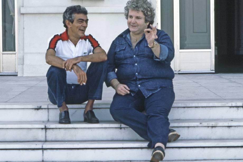 Chico Anysio e Jô Soares sentados na escadaria do Teatro Municipal do Rio de Janeiro - 12/05/1981