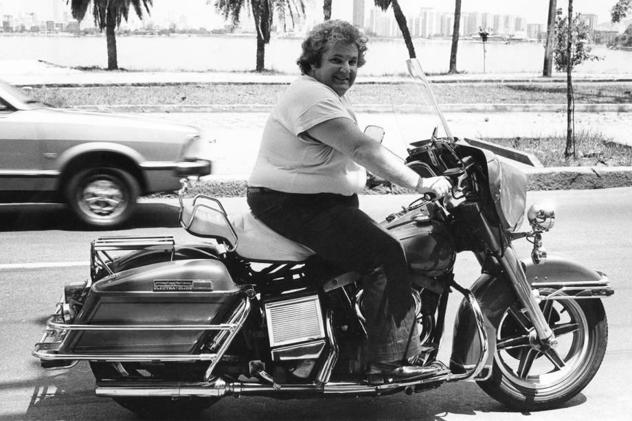 Jô Soares andando com sua moto - 23/02/1981