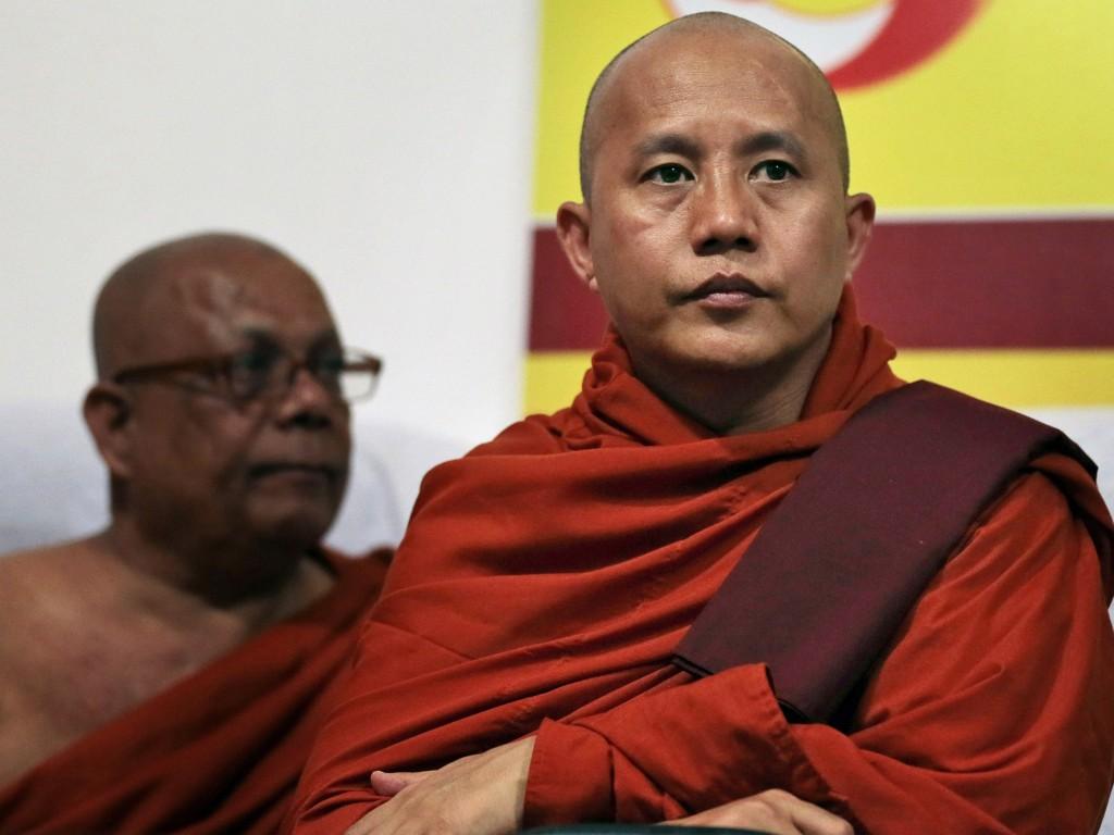O monge radical Ahsin Wirathu em conferência de imprensa.