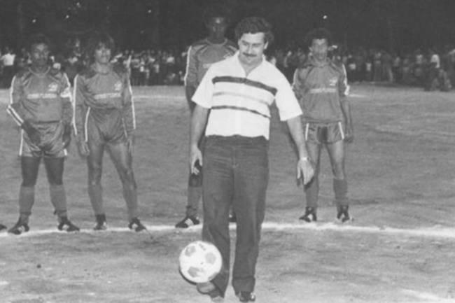Pablo Escobar durante inauguração de um campo em Medellín