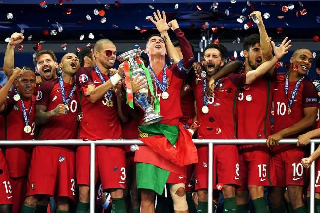 Pela primeira vez a seleção portuguesa conquista a Eurocopa, derrotando a França na final por 1 a 0 na prorrogação - 10/07/2016