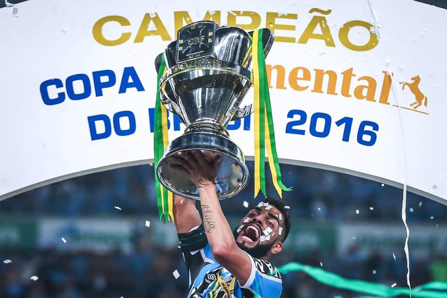 Maicon, do Grêmio, levanta a taça da Copa do Brasil