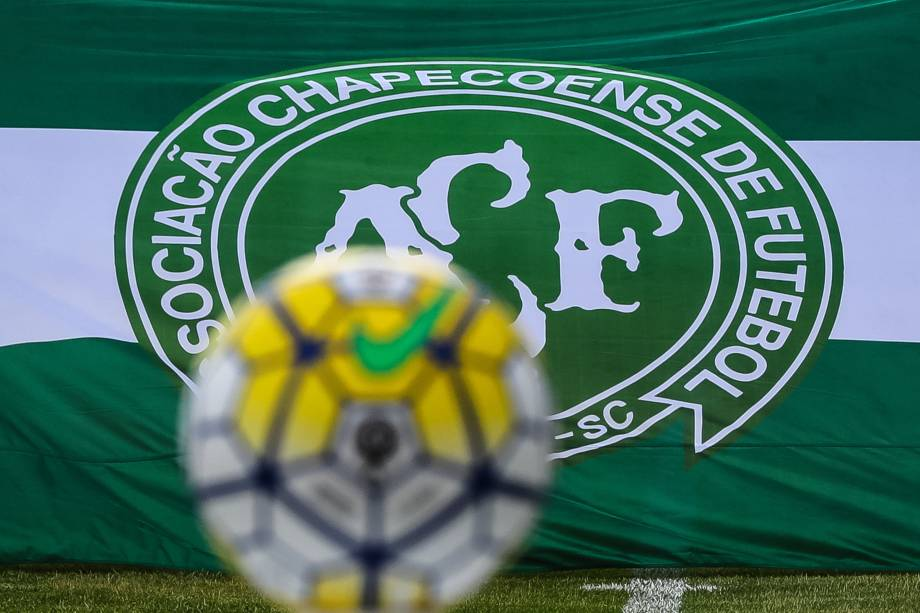 Bandeira com o símbolo da Chapecoense é vista antes da partida entre Fluminense e Internacional, válida pela última rodada do Campeonato Brasileiro